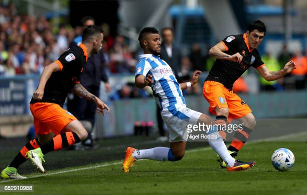 Elias Kachunga of Huddersfield Town stretches to reach the ball before Fernando Forestieri of Sheffield Wednesday during the Sky Bet Championship...
