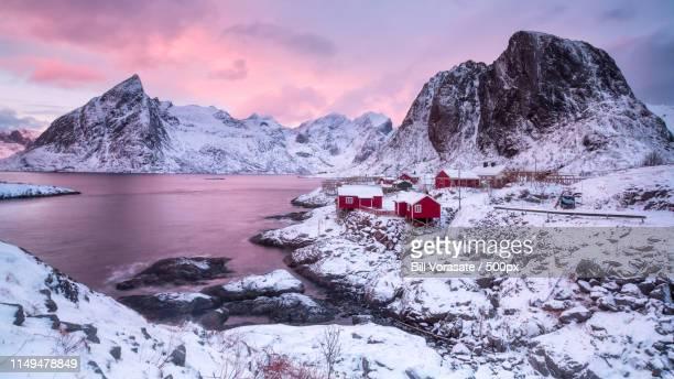 eliassen rorbuer, hamnøy, lofoten islands, norway - países del golfo fotografías e imágenes de stock