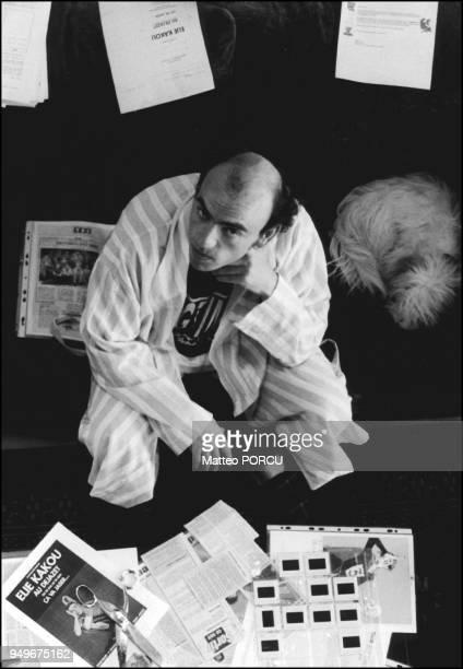 1994 Elie Kakou accompagne de son chien Honey prepare le spectacle de l'Olympia 1994 Elie Kakou accompagne de son chien Honey prepare le spectacle de...