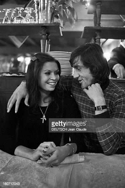 Elie Nastase And His Bride Dominique Grazia En France 4 novembre 1972 Dans un restaurant portrait du joueur de tennis Elie NASTASE assis à une table...