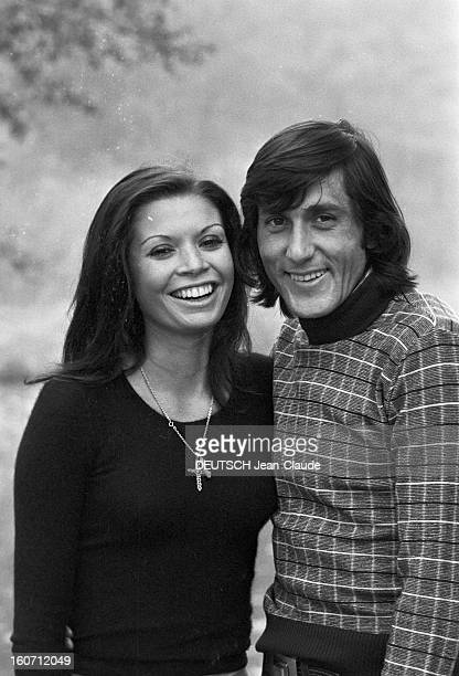 Elie Nastase And His Bride Dominique Grazia En France 4 novembre 1972 Portrait en extérieur du joueur de tennis Elie NASTASE aux côtés de sa fiancée...
