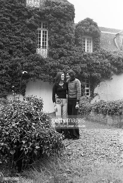 Elie Nastase And His Bride Dominique Grazia En France 4 novembre 1972 Devant une maison à la façade couverte de végétation portrait en extérieur du...
