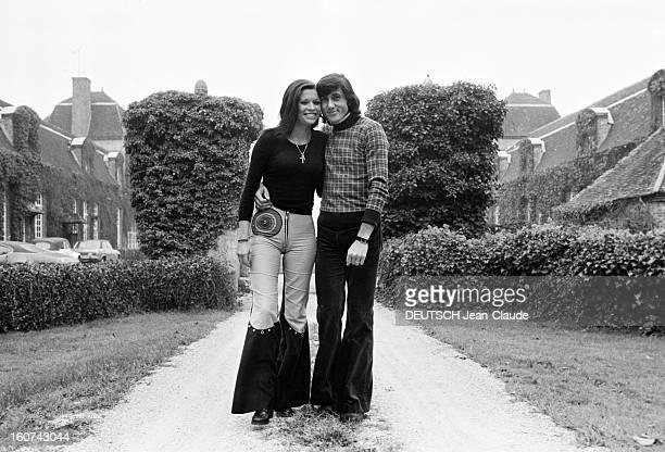 Elie Nastase And His Bride Dominique Grazia En France 4 novembre 1972 Dans l'allée d'un parc portrait en extérieur du joueur de tennis Elie NASTASE...