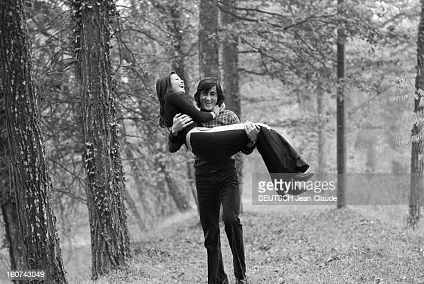 Elie Nastase And His Bride Dominique Grazia En France 4 novembre 1972 Portrait en extérieur du joueur de tennis Elie NASTASE dans un sousbois portant...