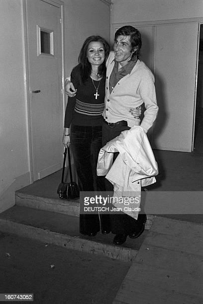 Elie Nastase And His Bride Dominique Grazia En France 4 novembre 1972 Sur une marche d'escalier dans un couloir portrait du joueur de tennis Elie...