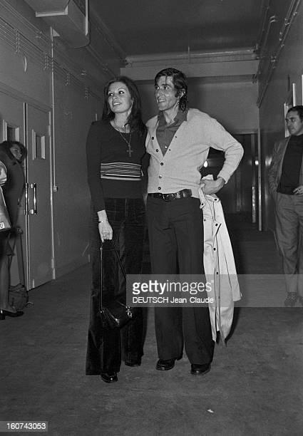 Elie Nastase And His Bride Dominique Grazia En France 4 novembre 1972 Dans un couloir portrait du joueur de tennis Elie NASTASE tenant une veste aux...