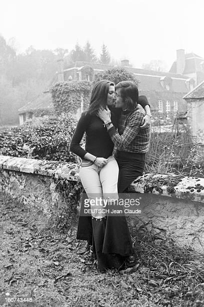 Elie Nastase And His Bride Dominique Grazia En France 4 novembre 1972 Portrait en extérieur du joueur de tennis Elie NASTASE assis sur un muret...