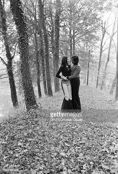 Elie Nastase And His Bride Dominique Grazia En France 4 novembre 1972 Dans un sousbois portrait en extérieur du joueur de tennis Elie NASTASE et sa...
