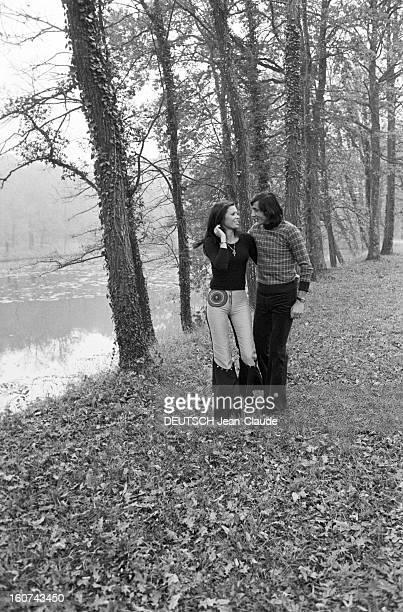 Elie Nastase And His Bride Dominique Grazia En France 4 novembre 1972 Portrait en extérieur du joueur de tennis Elie NASTASE et sa fiancée Dominique...