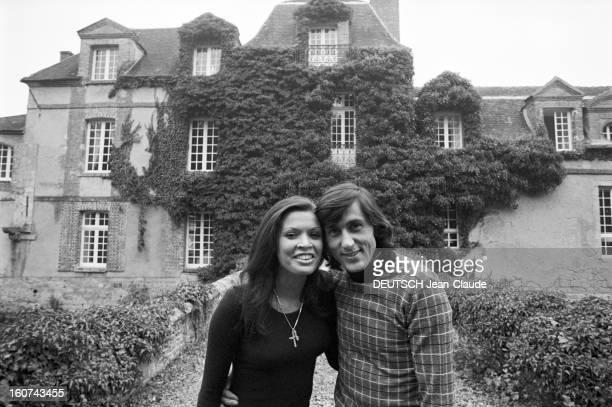 Elie Nastase And His Bride Dominique Grazia En France 4 novembre 1972 Dans une allée devant une maison à la façade couverte de végétation portrait en...