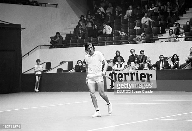 Elie Nastase And His Bride Dominique Grazia Paris 4 novembre 1972 A l'occasion du tournoi de l'Open de Paris Elie NASTASE sur le court de tennis lors...