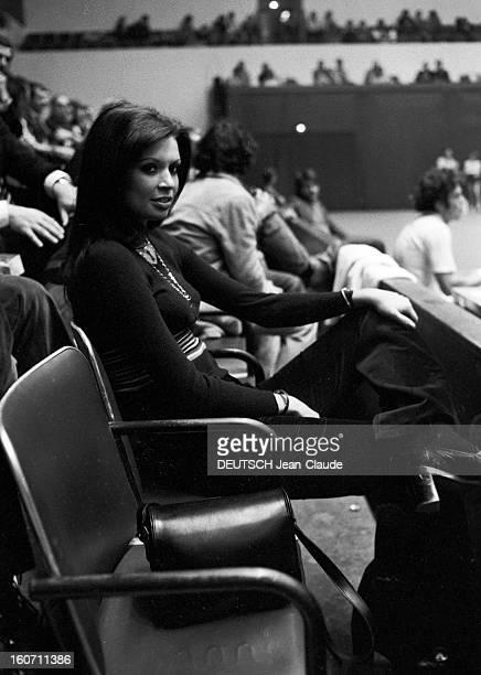 Elie Nastase And His Bride Dominique Grazia Paris 4 novembre 1972 A l'occasion du tournoi de l'Open de Paris portrait de Dominique GRAZIA assise au...