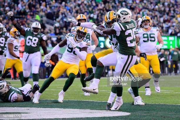 Elijah McGuire of the New York Jets rushes four yards for a touchdown against the Green Bay Packers during the first quarter at MetLife Stadium on...