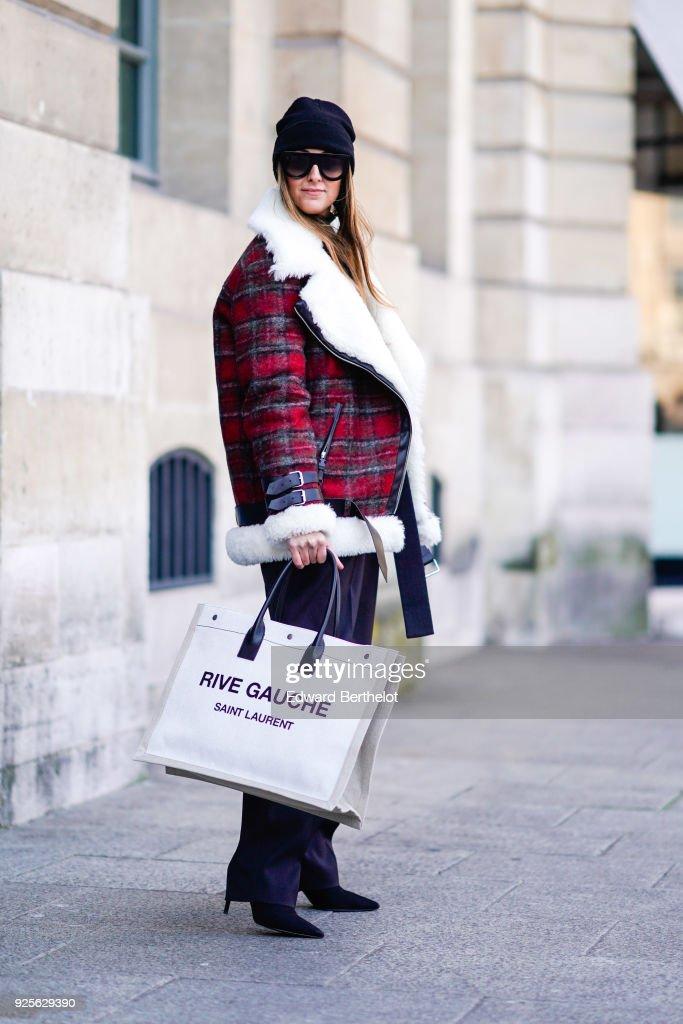 Street Style : Paris Fashion Week Womenswear Fall/Winter 2018/2019 : Day Three : News Photo