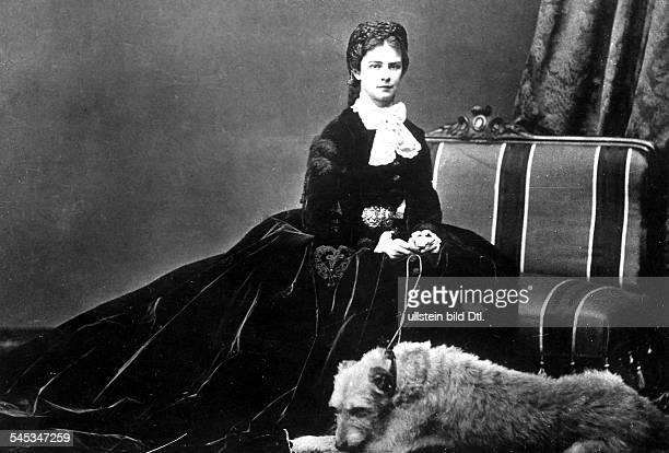 Elisabeth Amalie Eugenie gen 'Sissi24121837 10091898Kaiserin von Österreich seit 1854Königin von Ungarn seit 1867 Porträt mit Lieblingshund 'Shadow'