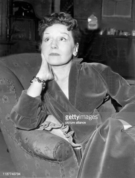 """Elisabeth Bergner im März 1954 in der Berliner """"Komödie"""" in dem Stück """"Tiefe blaue See"""". """"Die Bergner"""" war in den 20er Jahren eine der berühmtesten..."""