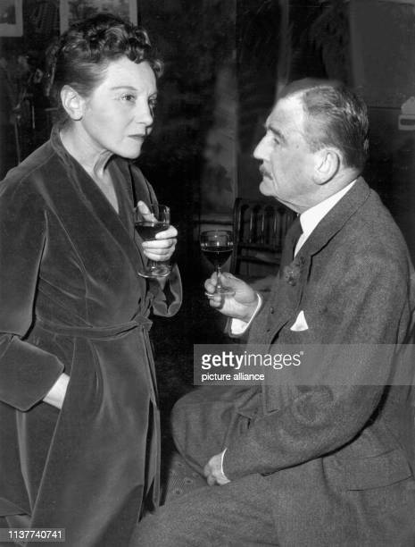 """Elisabeth Bergner und Rudolf Forster im März 1954 in der Berliner Komödie in dem Stück """"Tiefe blaue See"""". """"Die Bergner"""" war in den 20er Jahren eine..."""
