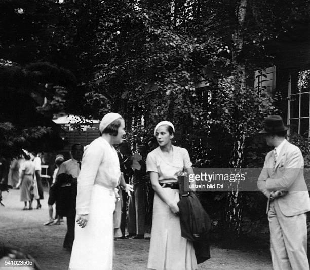 Elisabeth Cramm borne von Doberneck with friends during the DavisCup in Berlin 1932