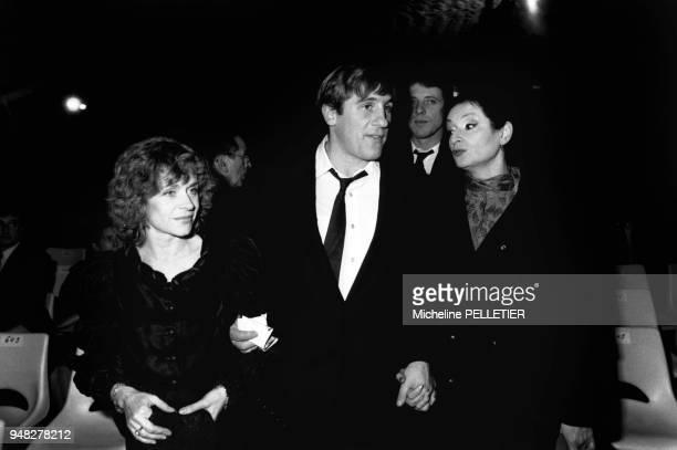 Elisabeth et Gérard Depardieu accompagnés de la chanteuse Barbara assistent à un concert d'Henri Salvador en novembre 1982 Paris France