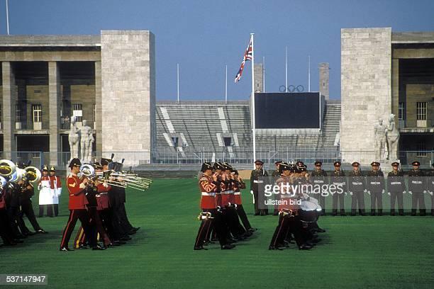 Elisabeth II * Koenigin von GB seit 1953 Queen's Birthday Parade am Olympiastadion Berlin 1994