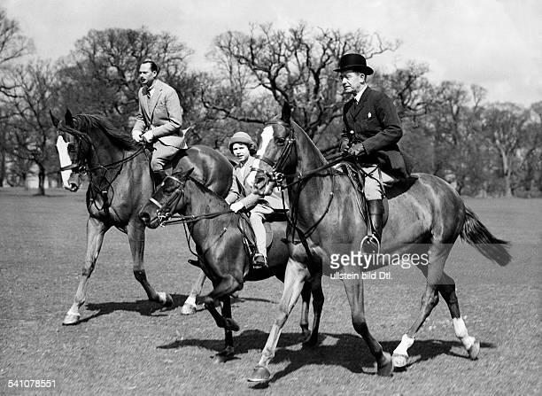 Elisabeth II *Koenigin von GB seit 1953 Ausritt mit ihrem Onkel Herzog von Gloucester und einem Reitlehrer im Park von Windsor 1934
