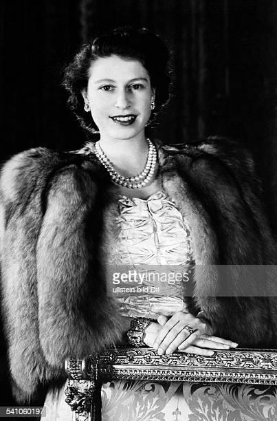 Elisabeth II *Koenigin von GB seit 1953 Halbportrait traegt eine Pelzstola November 1948