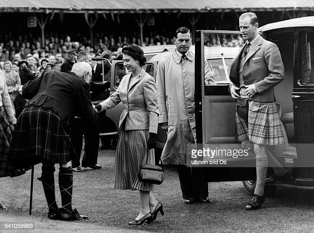Elisabeth II *Koenigin von GB seit 1953 mit Ehemann Prinz Philip bei einem Besuch in Schottland empfangen vom Marquis von Aberdeen