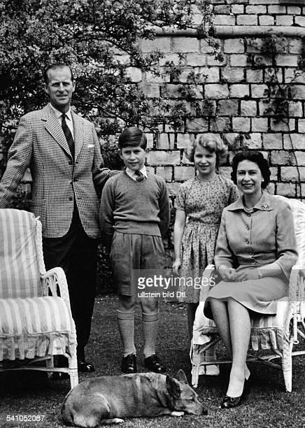 Elisabeth II *Koenigin von GB seit 1953 mit Ehemann Prinz Philip und den Kindern Charles und Anne in Windsor Castle Juni 1959