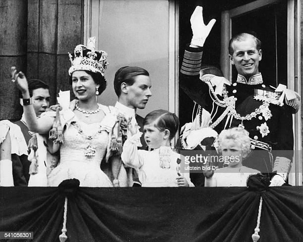 Elisabeth II *Koenigin von GB seit 1953 mit ihrem Mann Prinz Philip und den KindernCharles und Anne nach der Kroenungauf dem Balkon des...