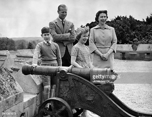 Elisabeth II *Koenigin von GB seit 1953 mit Prinz Philip und den Kindern Charles und Anne in Windsor Castle Juni 1959