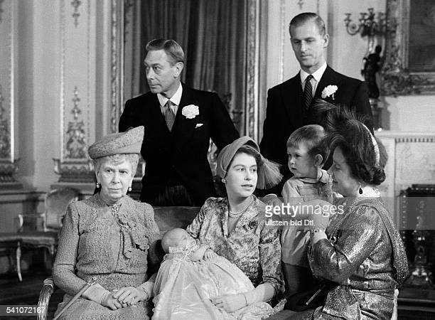 Elisabeth II. *-Koenigin von GB seit 1953- stehend v.l.: Georg VI., Prinz Philip, sitzend v.l.: Koenigin Mary , Elisabeth mit Prinzessin Anne, Prinz...