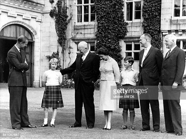 Elisabeth II *Koenigin von GB seit 1953 vlnr Prinz Philip Prinzessin Anne StaatsgastUSPraesident Dwight D Eisenhower die Queen und Prinz Charles in...