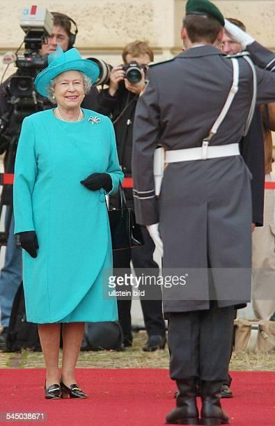 Elisabeth II Königin von England ein Soldat gruesst waehrend ihres Staatsbesuches vor dem Schloss Charlottenburg in Berlin