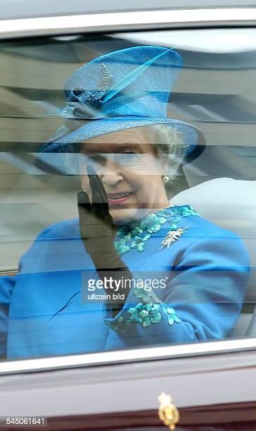 Elisabeth II Königin von England im Auto während ihres Besuches in Berlin