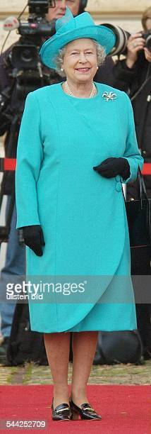Elisabeth II Königin von England waehrend ihres Staatsbesuches vor dem Schloss Charlottenburg in Berlin