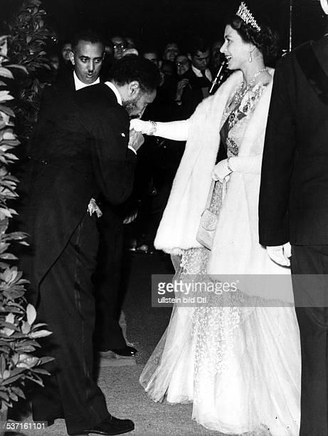 Elisabeth II Koenigin von GB seit 1953 mit dem Kaiser von Aethiopien Haile Selassie
