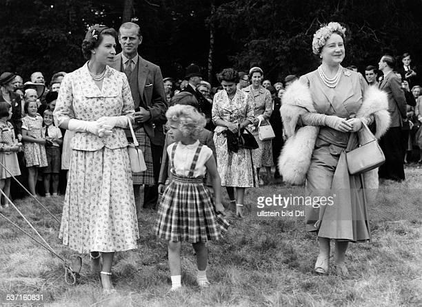 Elisabeth II. , Koenigin von GB seit 1953, - mit Ehemann Prinz Philip, Tochter Anne und Koeniginmutter Elisabeth am Rande eines Wohltaetigkeitsbasars...