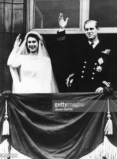 Elisabeth II Koenigin von GB seit 1953 mit Ehemann Prinz Philip nach der Hochzeit auf dem Balkon von Buckingham Palace