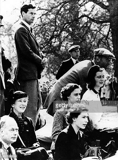 Elisabeth II. , Koenigin von GB seit 1953, - mit ihrer Schwester Margaret und Peter Townsend als Zuschauer bei einem Pferderennen in Badminton, -...