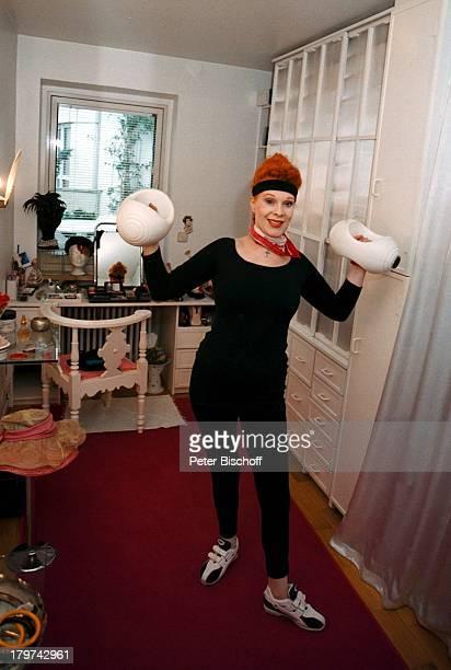 Elisabeth Volkmann in ihrer Wohnung beim†bungsprogramm HanteltrainingTrainingsanzug Homestory