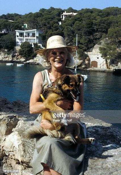 Elisabeth Wiedemann ARDSerie Schoene Ferien Folge 2 Mallorca Spanien Episode 2 Ein Herz fuer Tiere Meer Mauer Hut Tier Hund Schauspielerin Promis...