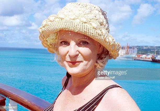 Elisabeth Wiedemann neben den Dreharbeiten zur ZDFReihe Traumschiff Folge 2 MS Vistafjord Mexico/Mittelamerika Hut Schauspielerin Meer Promis...