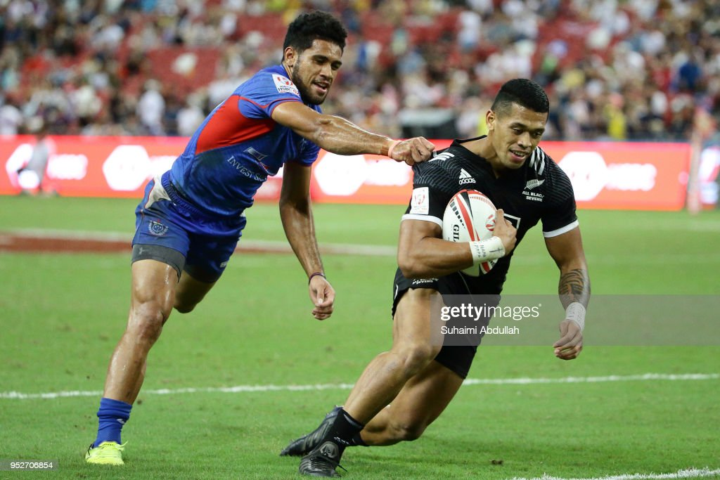 Elisapeta Alofipo of Samoa pulls Etene Nanai-Seturo of New Zealand shirt during the 2018 Singapore Sevens 5th Place Play-Off match between New Zealand and Samoa at National Stadium on April 29, 2018 in Singapore.