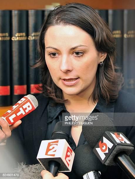 Elise OvartBarrate secr��taire de la section PS du Vieux Lille s'exprime le 24 novembre 2008 �� Lille lors d'une conf��rence de presse apr��sson...