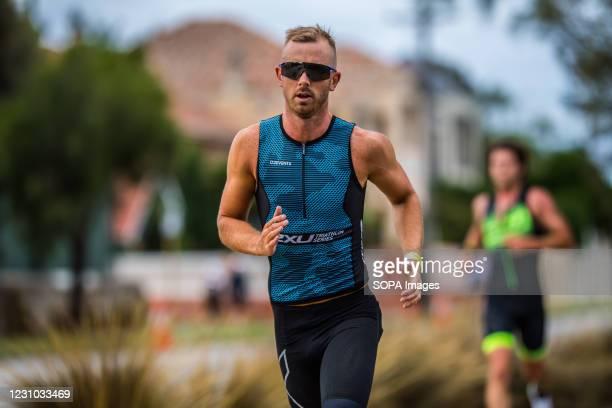 Elite Para - triathlete, Liam Twomey running during the 2XU Triathlon Series 2021, Race 2 at Sandringham.