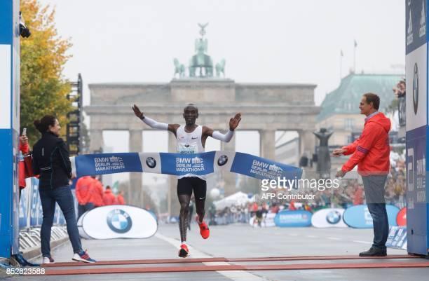 Eliud Kipchoge of Kenya crosses the finish line to win the Berlin Marathon on September 24 2017 in Berlin / AFP PHOTO / MICHELE TANTUSSI