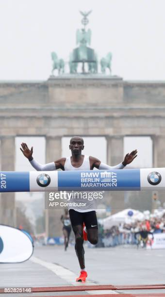 Eliud Kipchoge of Kenya crosses the finish line to win the Berlin Marathon on September 24 2017 in Berlin / AFP PHOTO / MICHELE TANTUSSI