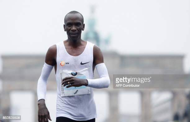 Eliud Kipchoge of Kenya smiles after winning the Berlin Marathon on September 24 2017 in Berlin / AFP PHOTO / MICHELE TANTUSSI