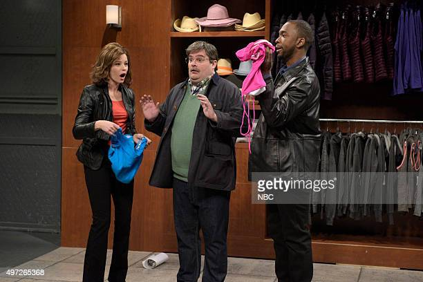 LIVE 'Elizabeth Banks' Episode 1688 Pictured Elizabeth Banks as Abbey Langley Bobby Moynihan as Arnold and Jay Pharoah as Marcus Duke during the...
