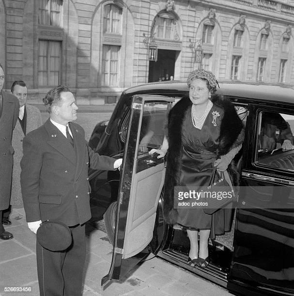 Elizabeth BowesLyon arriving at the Elys��e Palace in Paris In 1956